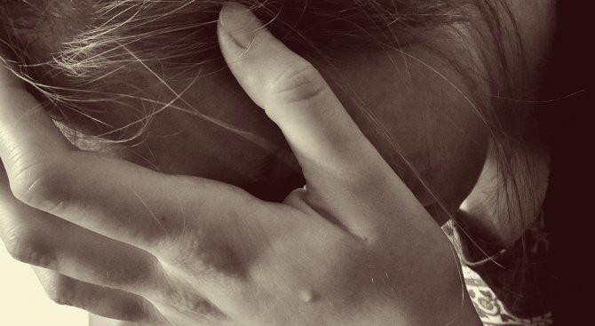Резултат с изображение за жена страда и плаче